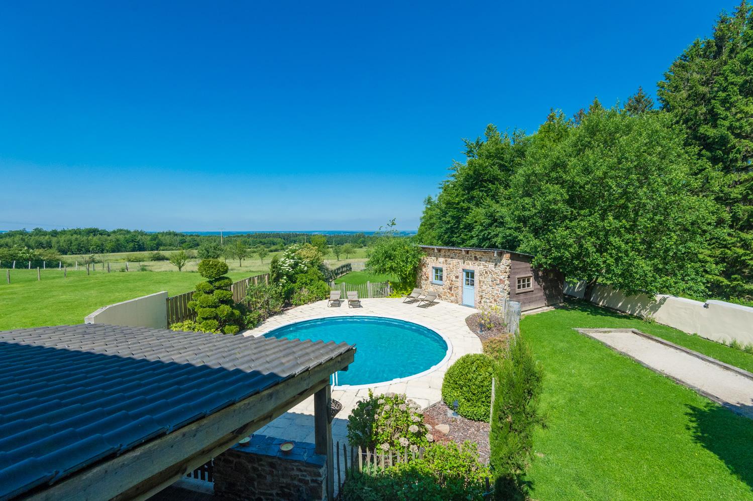 Vue piscine et jardin gîte du faon